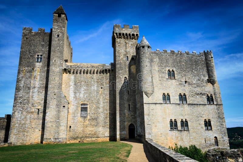 Medeltida slott längs den Dordogne floden royaltyfri foto