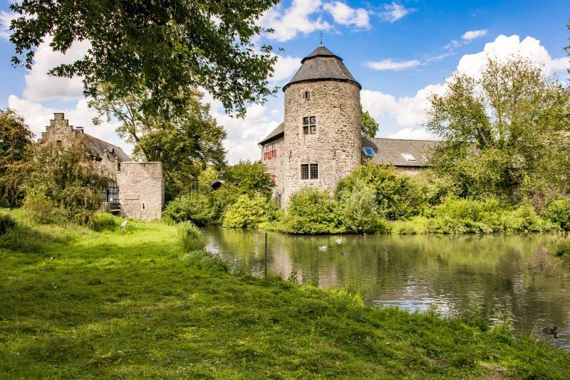 Medeltida slott nära Dusseldorf, Tyskland royaltyfria bilder