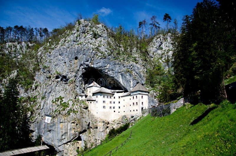 Medeltida slott som byggs i berget Predjama, Slovenien royaltyfri fotografi