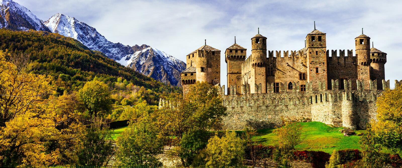 Medeltida slottar av Italien - Fenis i Valle Aost royaltyfria bilder