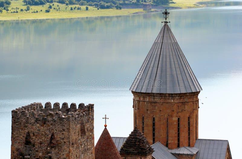 Medeltida slottkomplex med kyrkan i Ananuri, Georgia royaltyfria bilder