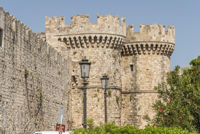 Medeltida slottväggar på Rhodes, Grekland fotografering för bildbyråer