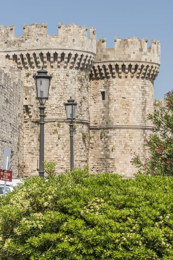 Medeltida slottväggar på Rhodes, Grekland royaltyfria foton