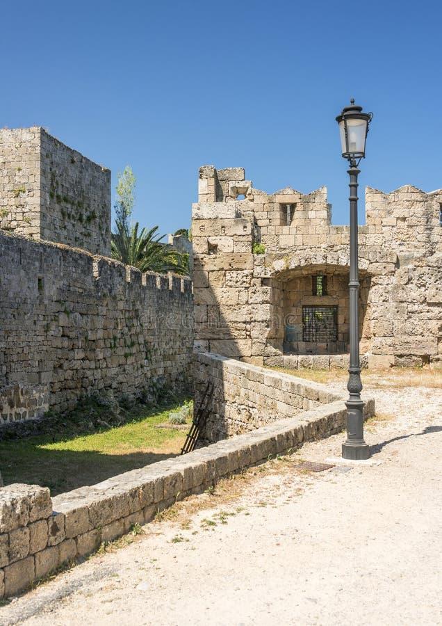 Medeltida slottväggar på Rhodes, Grekland arkivfoto
