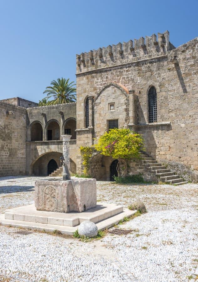 Medeltida slottväggar på Rhodes, Grekland royaltyfri fotografi