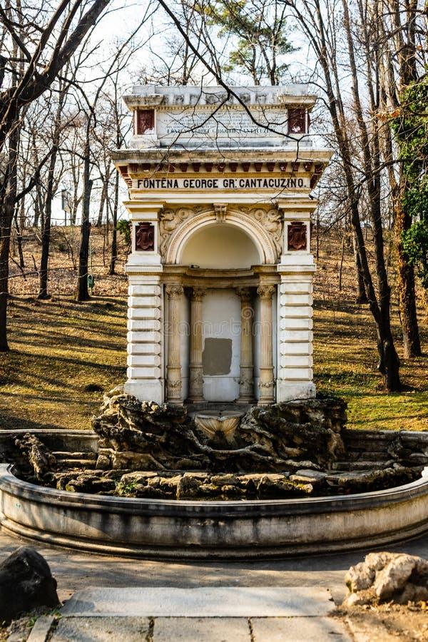 Medeltida springbrunn i Carol Park , Bucharest, Rumänien arkivfoto