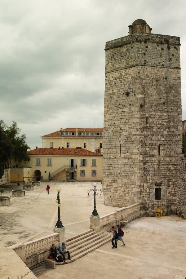 Medeltida stå hög Älsklings- Bunara fyrkant Zadar croatia royaltyfria foton