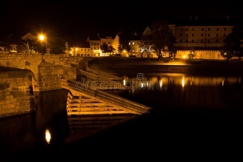 Medeltida stad Pisek på natten, Tjeckien arkivfoton