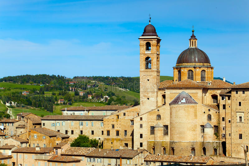 Medeltida stad Urbino i Italien arkivfoton
