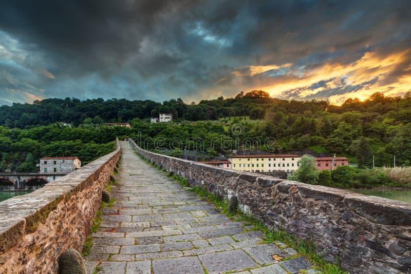 Medeltida stena bron i Tuscany arkivbild