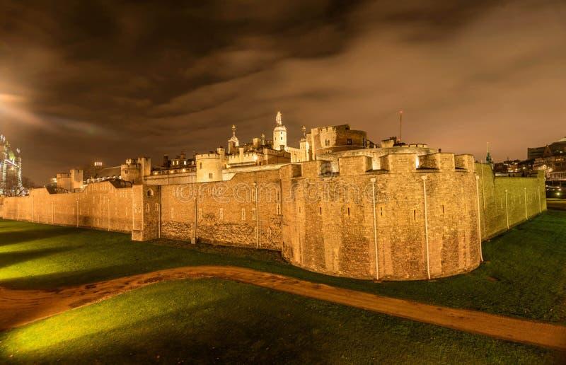 Medeltida stentorn i London på natten, UK arkivfoto