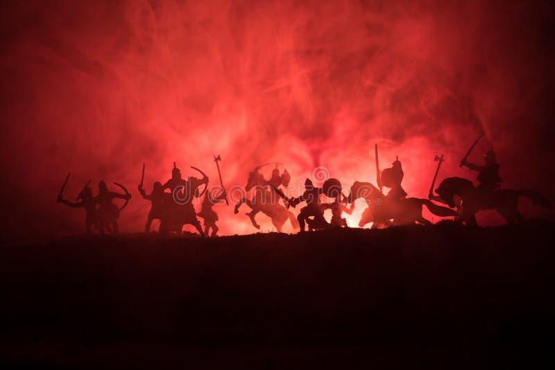 Medeltida stridplats med kavalleri och infanteri Konturer av diagram som separata objekt, kamp mellan krigare på tonat mörker royaltyfria bilder