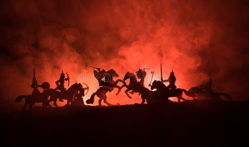 Medeltida stridplats med kavalleri och infanteri Konturer av diagram som separata objekt, kamp mellan krigare på tonat mörker royaltyfri foto