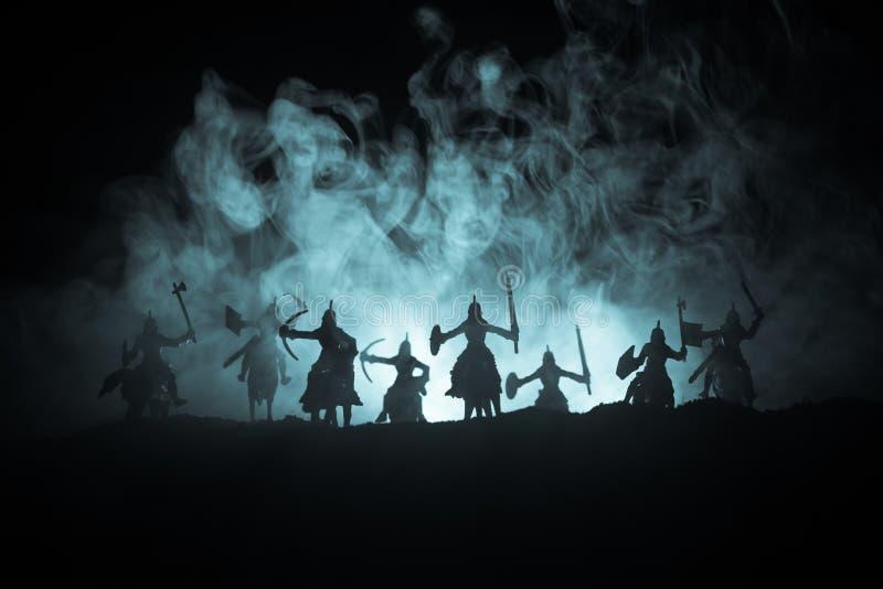 Medeltida stridplats med kavalleri och infanteri Konturer av diagram som separata objekt, kamp mellan krigare på tonat mörker arkivbilder