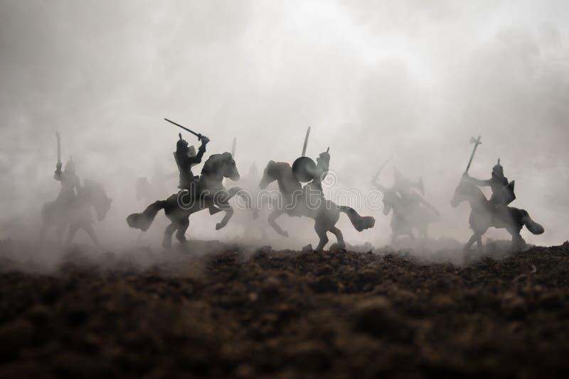 Medeltida stridplats med kavalleri och infanteri Konturer av diagram som separata objekt, kamp mellan krigare p? solnedg?ng royaltyfri fotografi