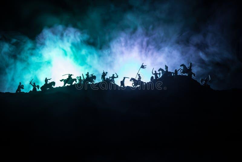Medeltida stridplats med kavalleri och infanteri Konturer av diagram som separata objekt, kamp mellan krigare p? tonat m?rker arkivfoton