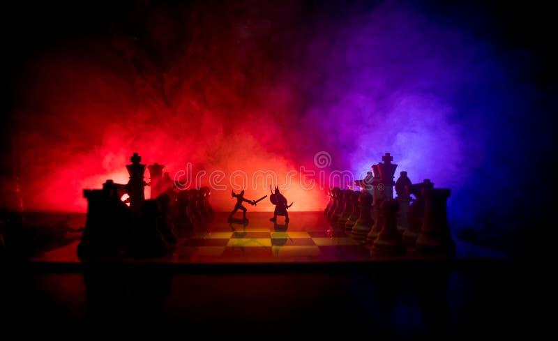 Medeltida stridplats med kavalleri och infanteri på schackbrädet Begrepp för schackbrädelek av affärsidéer och konkurrens och royaltyfria bilder