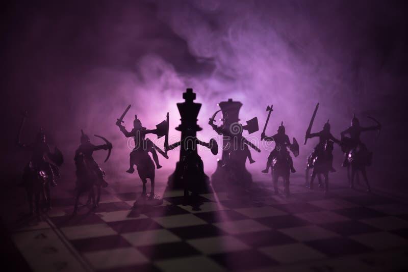 Medeltida stridplats med kavalleri och infanteri på schackbrädet Begrepp för schackbrädelek av affärsidéer och konkurrens och str arkivbild