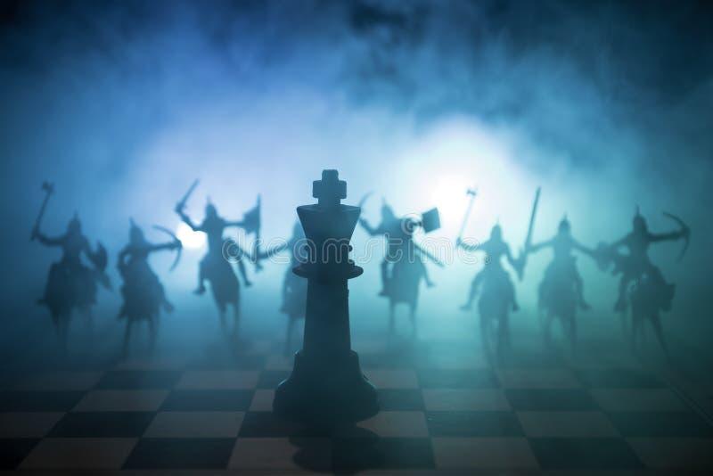 Medeltida stridplats med kavalleri och infanteri på schackbrädet Begrepp för schackbrädelek av affärsidéer och konkurrens och str arkivbilder