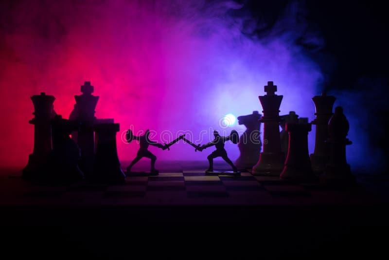 Medeltida stridplats med kavalleri och infanteri på schackbrädet Begrepp för schackbrädelek av affärsidéer och konkurrens och str royaltyfri bild