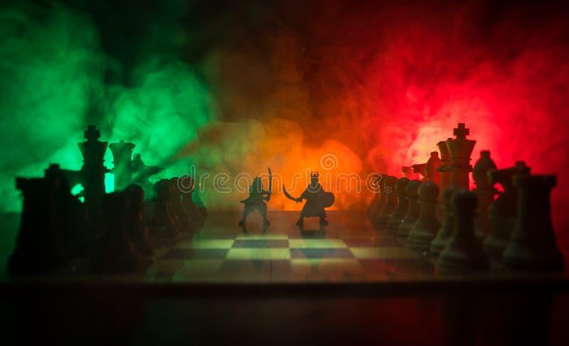 Medeltida stridplats med kavalleri och infanteri på schackbrädet Begrepp för schackbrädelek av affärsidéer och konkurrens och str royaltyfri fotografi