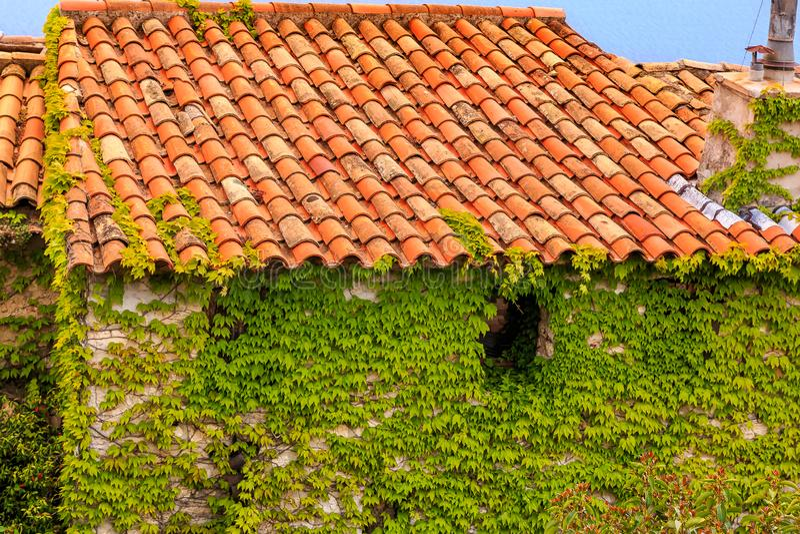 Medeltida tak i den Eze byn i Frankrike arkivbild