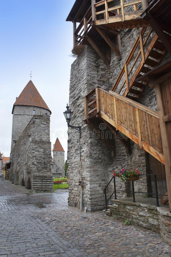 Medeltida torn, del av stadsv?ggen, Tallinn, Estland royaltyfri fotografi