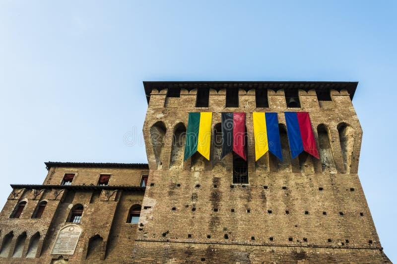 Medeltida torn med flaggor royaltyfri bild