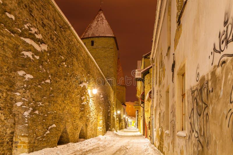 Medeltida torn och gator av gamla Tallinn, Estland royaltyfri fotografi