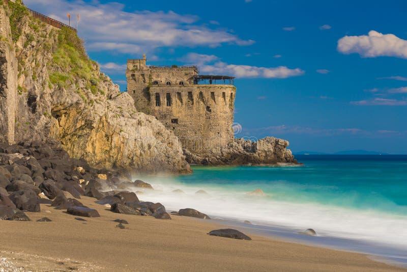 Medeltida torn på kusten av den Maiori staden, Amalfi kust, Campaniaregion, Italien arkivbild