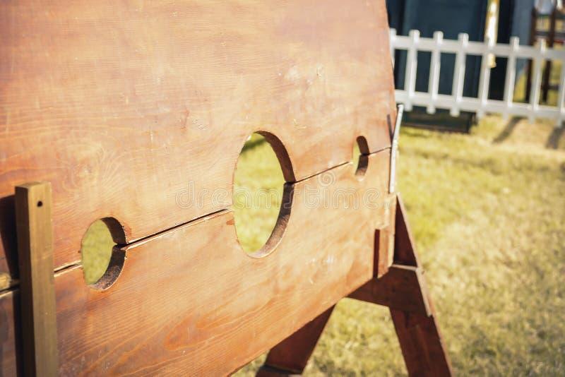 Medeltida tortyrbakgrund för giljotin arkivfoton