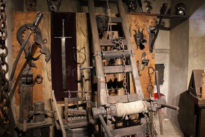 Medeltida tortyrutrustning i museum Kugge avbrott-knä, maskeringar arkivfoto