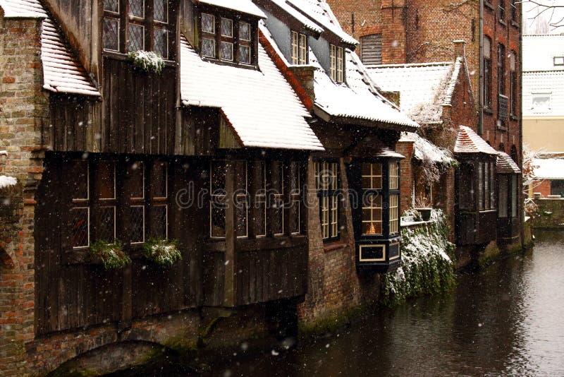 Medeltida trä- och tegelstenbyggnader på kanalgatan i Bruges, Belgien Övervintra landskapet av den gamla historiska staden i Euro arkivfoton