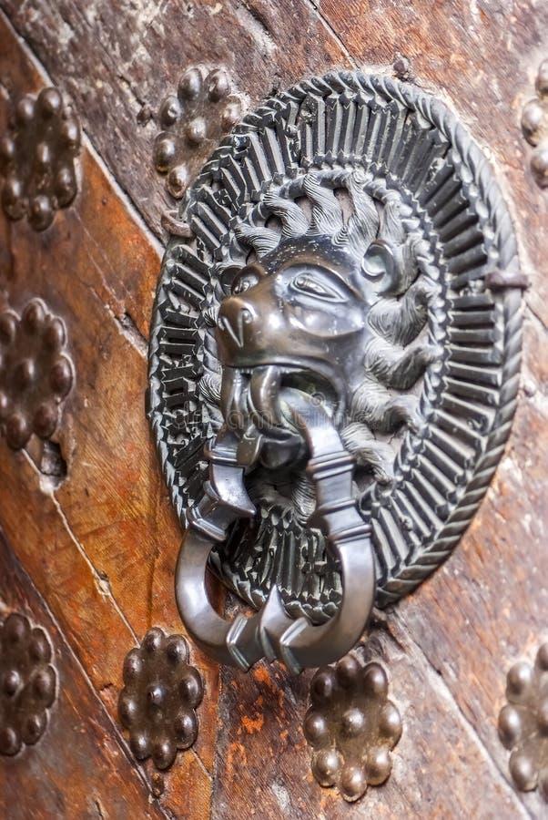 Medeltida trädörrklocka och handtag royaltyfri fotografi