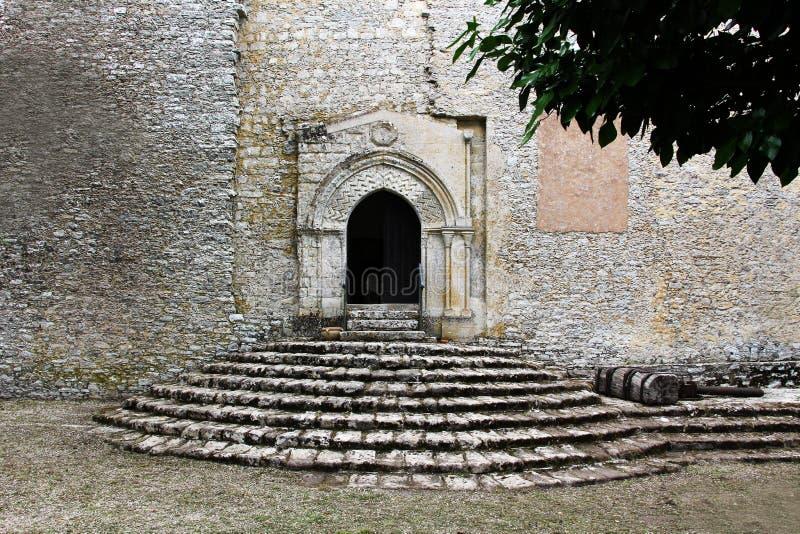 Medeltida trappuppgång och portal royaltyfria bilder