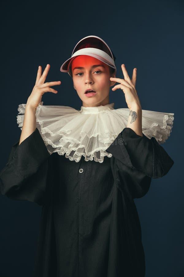 Medeltida ung kvinna som en nunna arkivfoto