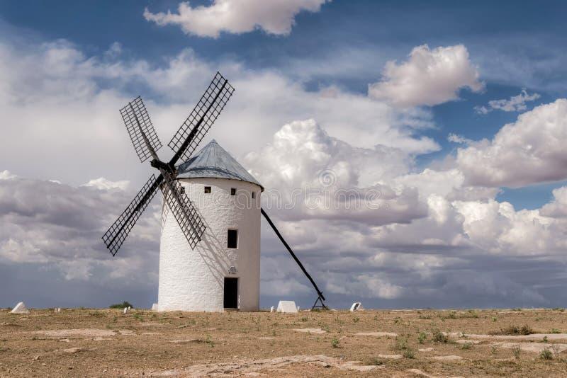 Medeltida väderkvarn av Don Quixote i Castilla La Mancha spain fotografering för bildbyråer