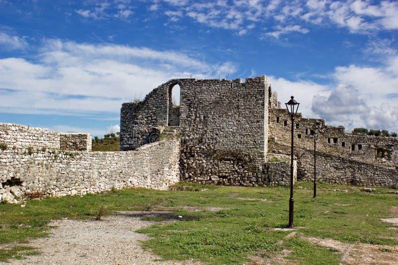Medeltida väggar av fästningen i Berat, Albanien arkivfoton