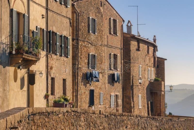 Medeltida väggar av Pienza Pienza är den medeltida italienska byn i Tuscany fotografering för bildbyråer
