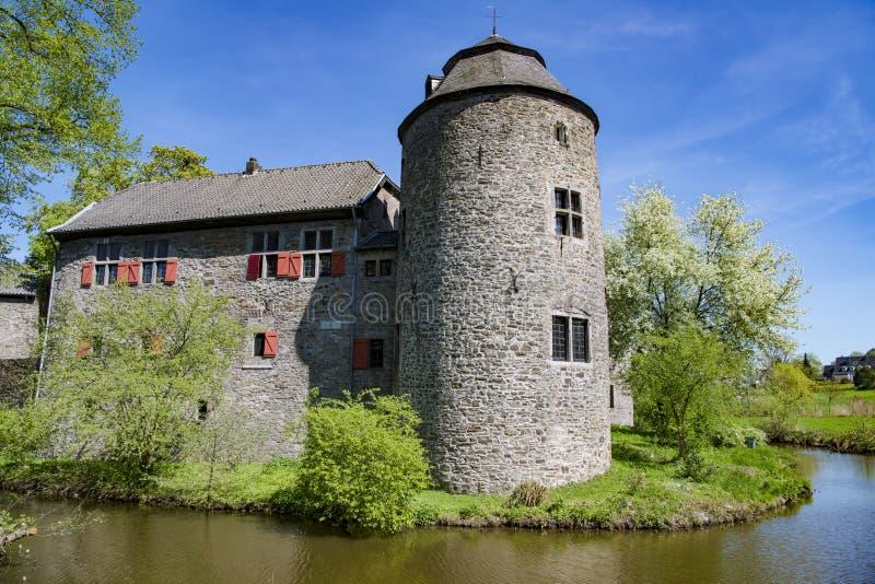 Medeltida vattenslott Ratingen, nära Dusseldorf, Tyskland royaltyfria foton