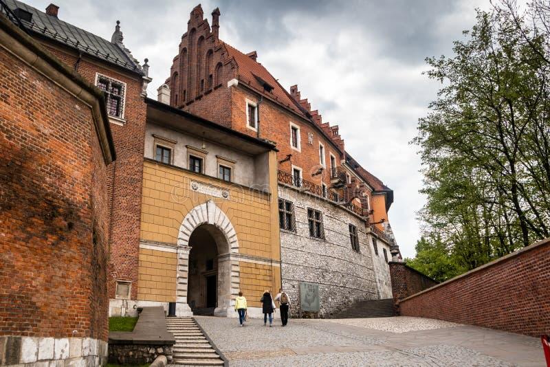 Medeltida Wawel slottkomplex i Krakow royaltyfri foto