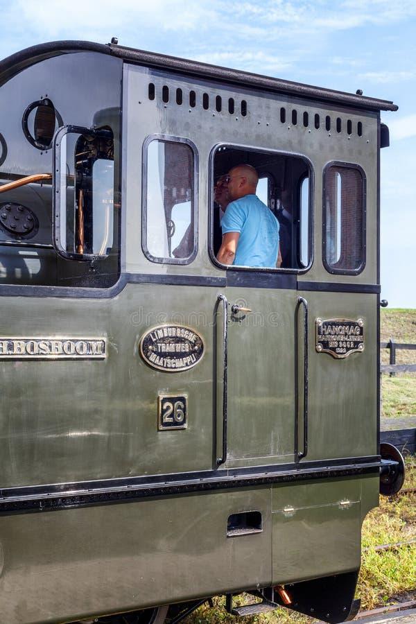 Medemblik, Holanda, 08 21 2015: Um trem histórico em uma estação de trem em uma cidade europeia acolhedor pequena Estilo retro foto de stock royalty free