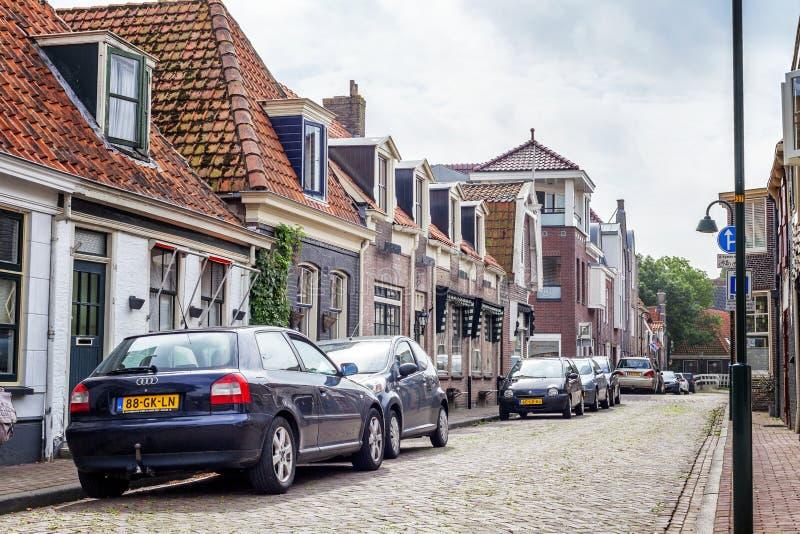 Medemblik, Holandia, 08/21/2015: Ulica z budynkami mieszkalnymi w małym wygodnym Europejskim mieście zdjęcie stock