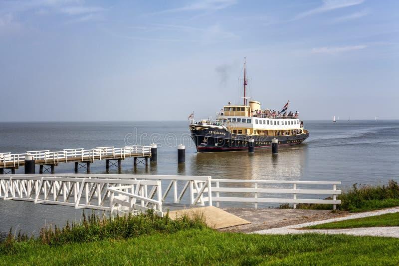 Medemblik, Holland, 08 21 2015: Ein touristisches Schiff mit Passagieren auf einem Pier in einer kleinen europäischen Stadt Sch?n lizenzfreie stockfotografie