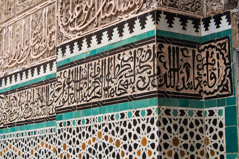 Medersaen Bou Inania är en madrasa i Fes, Marocko royaltyfria bilder
