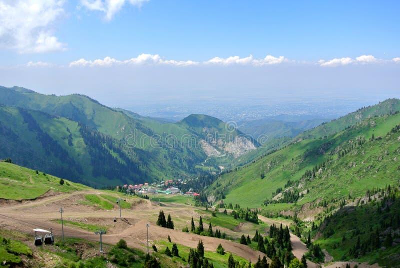 Medeu en Chimbulak nemen zijn toevlucht: hoogste mening over bergvallei stock foto