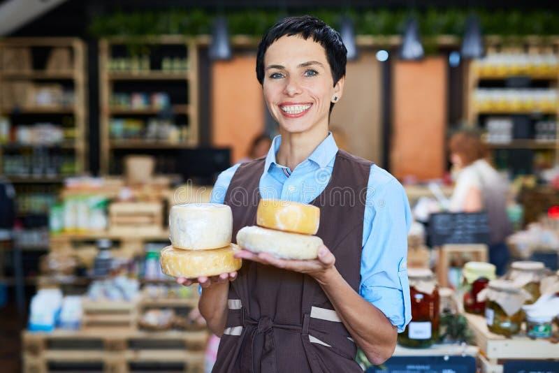 Medewerker met kaas stock afbeeldingen