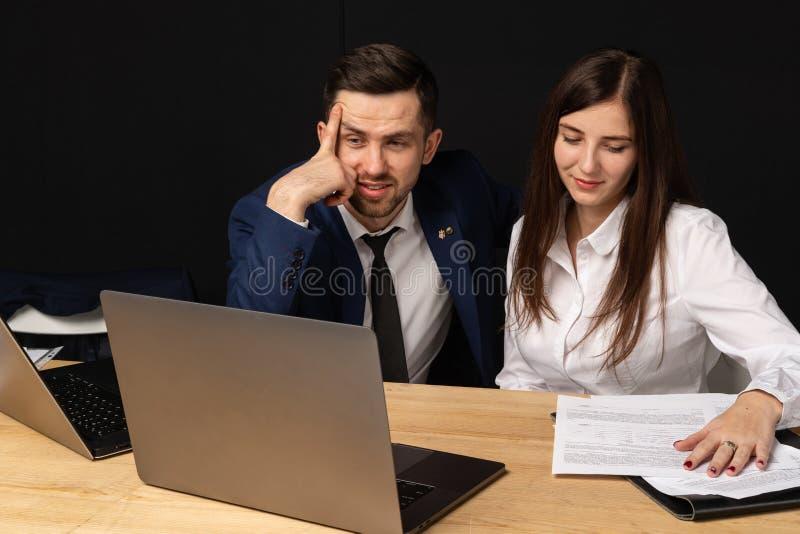 Medewerker van de bedrijf executiv de trainende jonge persoonlijke secretaresse stock fotografie