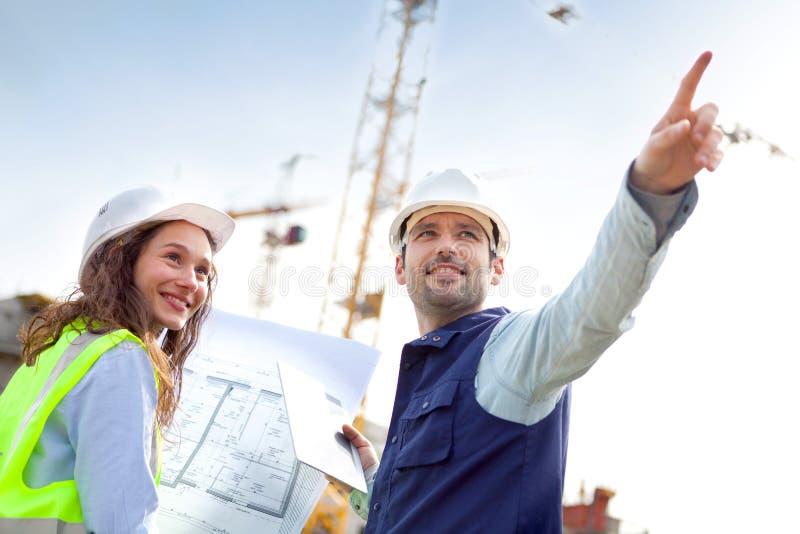 Medewerkers die aan een bouwwerf werken royalty-vrije stock afbeelding