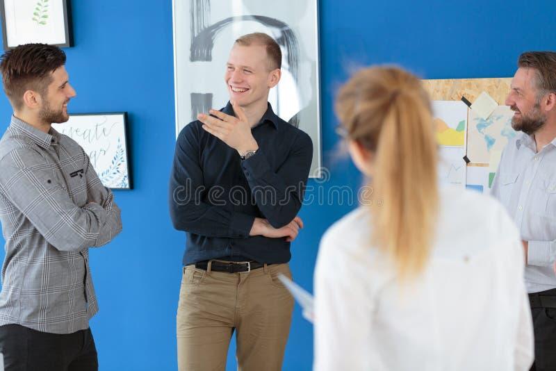 Medewerkers die aan hun collega luisteren stock foto's